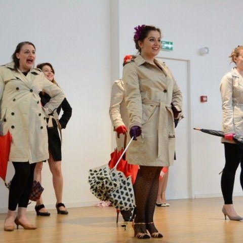 spectacle-cabaret-burlesque-humour-paris-les-demoiselles-du-k-barre-dkb-Juliette-Delvienne-Poupoupidou-initiation-effeuillage-cabaret-new-burlesque-spectacle-effeuillage-humour-troupe-comique-danse-comedie-musicale-soiree-filles-retro-pinup-paris